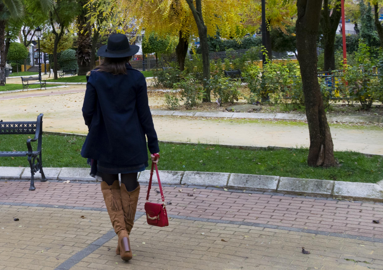 outfit-abrigo-sombrero-3